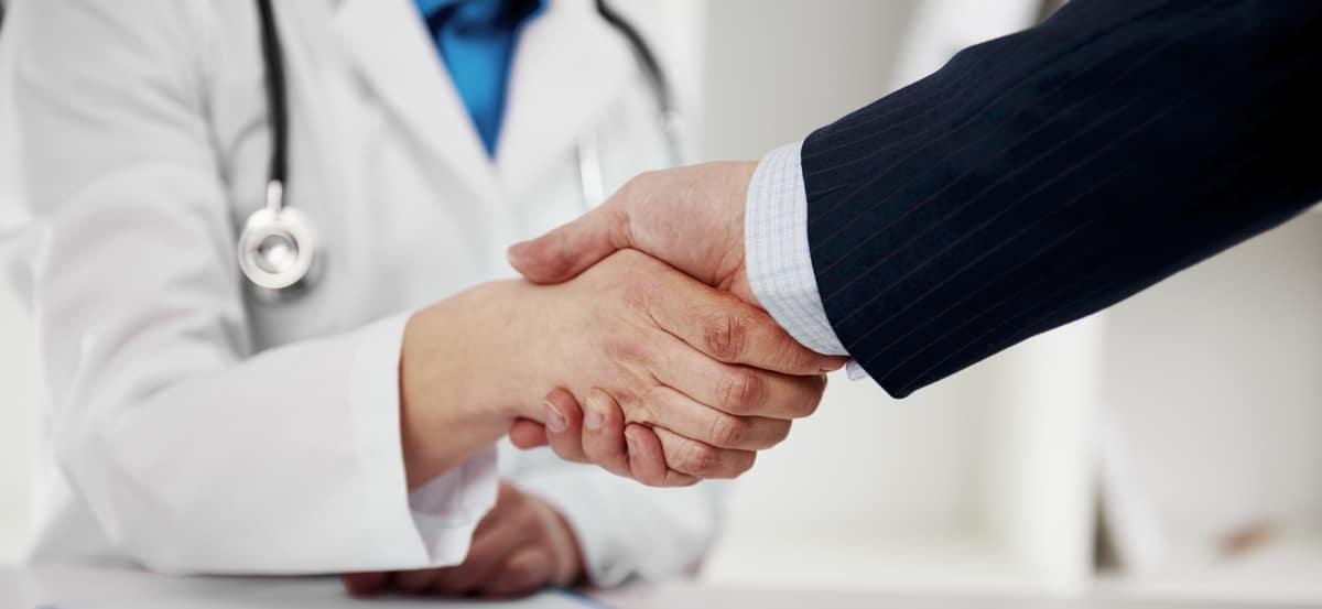 ドクターとビジネスマンの握手