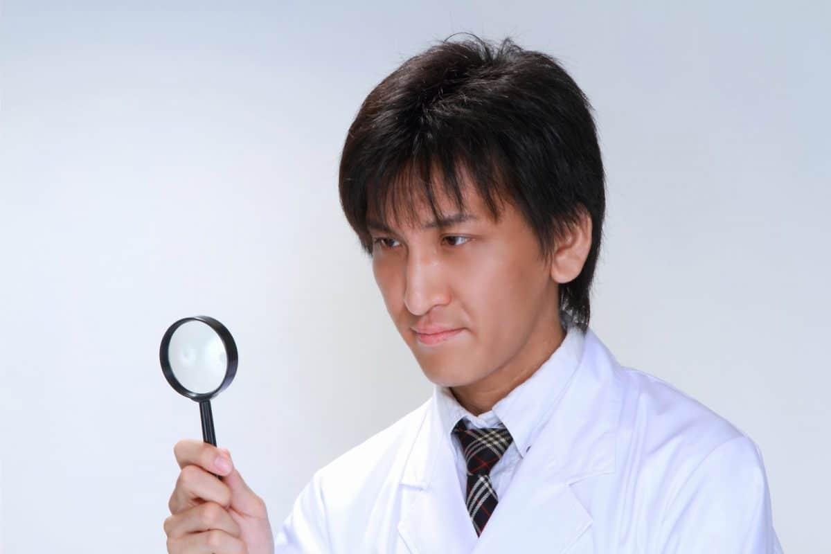 虫眼鏡でチェックするドクター