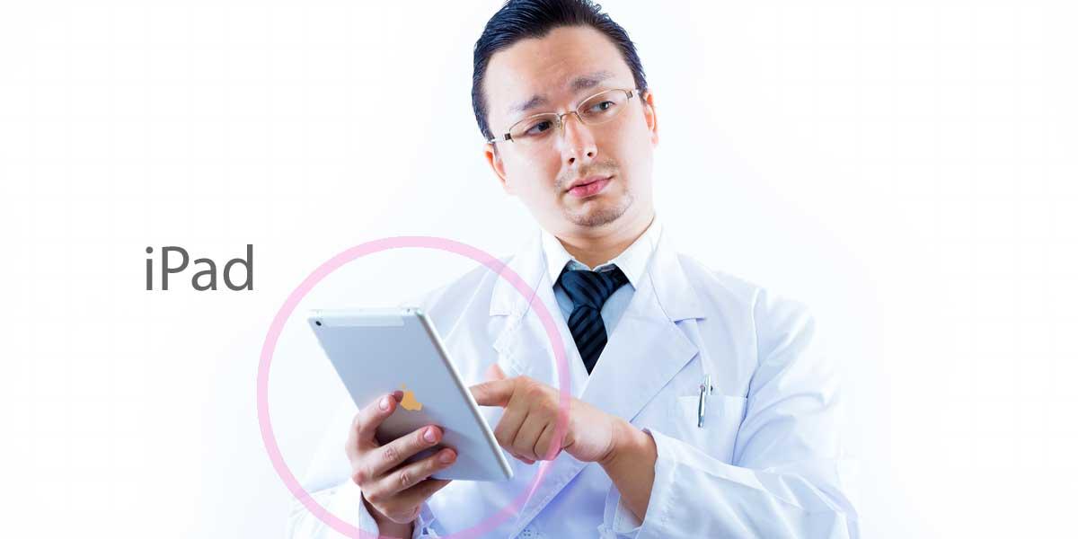 iPadを持つドクター